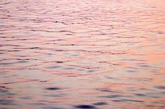 красные волны захода солнца отражения стоковая фотография rf