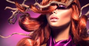 Красные волосы Фасонируйте сексуальную женщину с длинными курчавыми красными волосами стоковые изображения rf