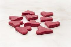 Красные в форме сердц печенья на белом крупном плане таблицы, печь на день валентинки Стоковые Фото