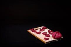 Красные в форме сердц печенья на деревянной планке, печь день валентинки Стоковые Изображения RF
