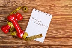 Красные гантели и измеряя лента и текст - мое lifeslyle- на бумаге уклад жизни принципиальной схемы здоровый Стоковые Фото