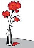 Красные гвоздики в вазе изолированной на белой предпосылке Стоковая Фотография
