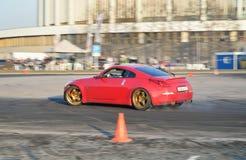 Красные гонки команды гоночного автомобиля на следе около CCM на Worl Стоковые Изображения RF