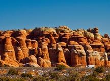 Красные горные породы на сводах стоковые фотографии rf