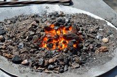 Красные, горячие угли горят в рожке кузницы стоковое изображение
