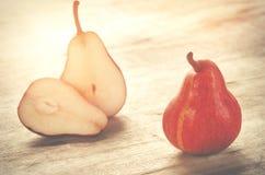 Красные груши на деревянной предпосылке Плодоовощи осени Стоковое Фото