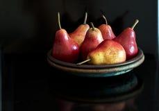 Красные груши на плите Стоковая Фотография