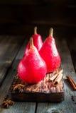 Красные груши на старой темной деревянной предпосылке Стоковые Фотографии RF
