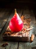 Красные груши на темной деревянной предпосылке Стоковое фото RF