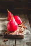 Красные груши на темной деревянной предпосылке Стоковое Фото