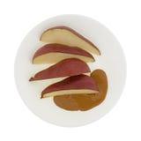 Красные груши отрезанные с арахисовым маслом стоковые изображения rf