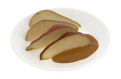 Красные груши отрезанные с арахисовым маслом стоковое изображение rf