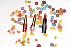 Красные губные помады, помадки, dragee, конфета, candied плодоовощ, confetti стоковое фото
