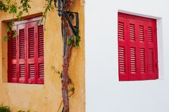 Красные деревянные окна на стене других цветов Стоковое Изображение