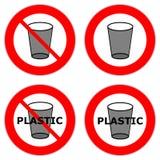 Красные дорожные знаки круга запрещая пользу пластиковых чашек и подобного отхода стоковое фото rf