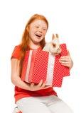 Красные девушки волос получают кролика как настоящего момента Стоковое Изображение RF