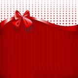 Красные лента и смычок на красной бумажной предпосылке текстуры Стоковые Фотографии RF