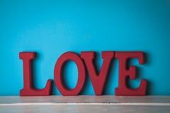 Красные деревянные письма слово вектора сетки влюбленности градиента Стоковые Фотографии RF