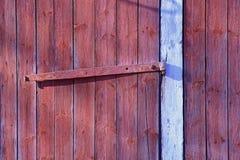 Красные деревянные стена и дверь с старым шарниром Стоковое Изображение
