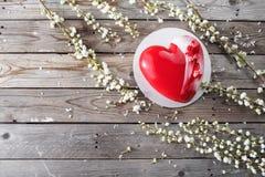 Красные десерты и Сакура cacke сердца на деревянной предпосылке десерт для завтрака на день ` s валентинки Стоковое Изображение