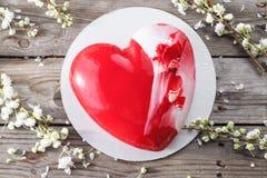 Красные десерты и Сакура cacke сердца на деревянной предпосылке десерт для завтрака на день ` s валентинки Стоковое Фото