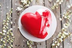 Красные десерты и Сакура cacke сердца на деревянной предпосылке десерт для завтрака на день ` s валентинки Стоковые Фото
