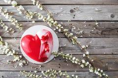 Красные десерты и Сакура cacke сердца на деревянной предпосылке десерт для завтрака на день ` s валентинки Стоковая Фотография RF