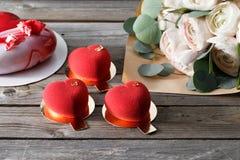Красные десерты и лютики cacke сердца на деревянной предпосылке десерт для завтрака на день ` s валентинки Стоковое фото RF