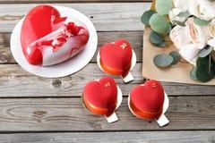Красные десерты и лютики cacke сердца на деревянной предпосылке десерт для завтрака на день ` s валентинки Стоковое Изображение