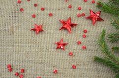 Красные звезды рождества и ветвь ели Стоковые Изображения
