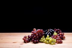 Красные зеленые и черные разнообразия виноградины Пук органических виноградин Стоковые Изображения RF