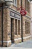 Красные знак пожарного депо и пожарное депо Стоковое фото RF