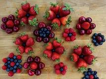 Красные зрелые клубники, голубики, вишни и поленики Стоковое фото RF