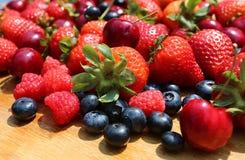 Красные зрелые клубники, голубики, вишни и поленики Стоковая Фотография