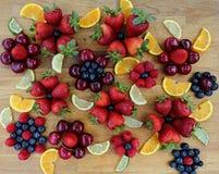 Красные зрелые клубники, голубики, вишни и поленики Стоковые Изображения RF