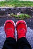 Красные идущие ботинки для людей Стоковые Фото