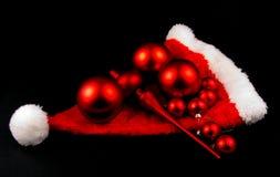 Красные изолированные шарики и шлем рождества Стоковое Фото