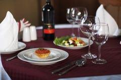 Красные икра и салат на таблице сервировки Стоковое Фото