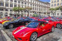Красные итальянские суперкары Феррари произвели итальянским изготовителем Феррари на улице города, Римом, Италией стоковая фотография