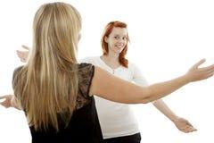 Красные и белокурые с волосами девушки счастливые для того чтобы видеть снова Стоковые Фотографии RF