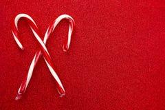 Красные и белые обнажанные традиционные тросточки конфеты на предпосылке яркого блеска стоковое изображение rf