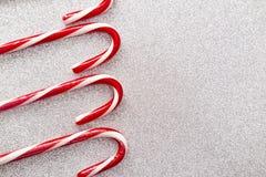 Красные и белые обнажанные тросточки конфеты на предпосылке яркого блеска стоковое изображение