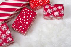 Красные и белые подарки на рождество стоковая фотография rf