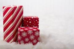 Красные и белые подарки на рождество стоковое изображение