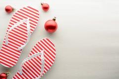 Красные и белые темповые сальто сальто и орнаменты рождества стоковая фотография
