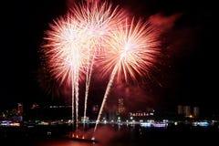 Красные и белые фейерверки брызгая в ночном небе над заливом Паттайя, городом Паттайя, Таиландом стоковые фото