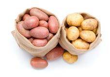 Красные и белые картошки в мешочке из ткани Стоковые Изображения