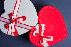 Красные и белые подарочные коробки сердца Стоковые Изображения
