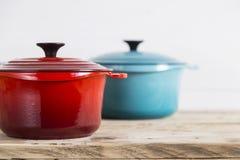 Красные и голубые кастрюльки Стоковое Изображение