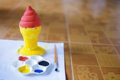 Красные и желтые гипсолит конуса мороженого и плита картины с щеткой на том основании Стоковое фото RF